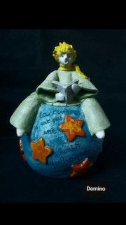 Le Petit Prince lit l'œuvre de Saint Exupery.