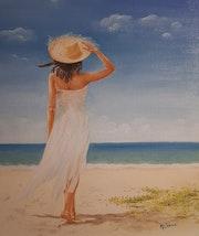 Jeune femme de dos sur la plage, robe blanche.