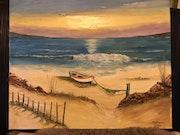 Lève du soleil avec la petite barque sur le sable.