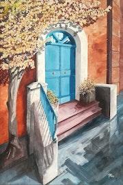 Puerta azul en tiempo otoñal.