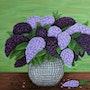 Eine Vase mit Flieder.