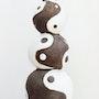 Escultura de terracota pátina su cuero viejo. El tema es el yin y el yang.. Annie B.