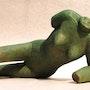 Mujer tendida en el lado, de terracota 1200 °. Sculpteur / Tauzia Jean-Pierre