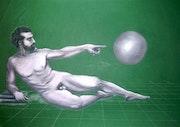 Homme allongé pointant du doigt une sphère.