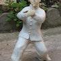Posture de taï-chi en terre cuite chamottée blanche avec patine sur le vêtement. Annie B.