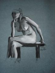 Carbón de leña mujer desnuda sentada en la mesa de café. Philippe Flohic