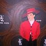 La dueña de casa bonita en un abrigo rojo. Ghislaine Phelut
