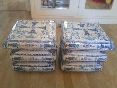 Dos taburetes de loza blanca y la decoración azul. Négoce Antique