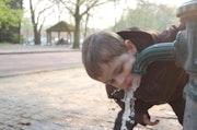 Un enfant se desaltere.
