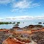 Rocher rouge sur la plage. Solena432