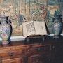 Dos jarrones de esmalte de colores vivos a mano. Andrea