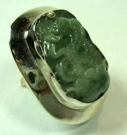 Bague en jade vert pâle serti d'argent.