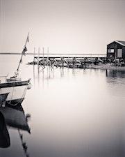 choza Oysterman con barco, La Tremblade, Charente Maritime, Francia.