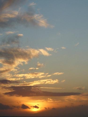 Sonnenuntergang in der Normandie. Morgentau