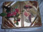 Señora en caja de regalo rojo.