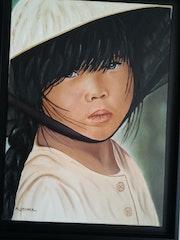 Die junge Asiatin in den Hut vor Ort.