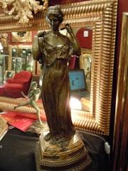 Jeune femme au collier. Marc Menzoyan Antiquités