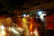 Fête de nuit dans les rues d'Agra.. Bastien Larue