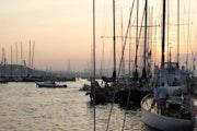 Coucher de soleil sur le port de Saint Tropez au retour d'une régate.