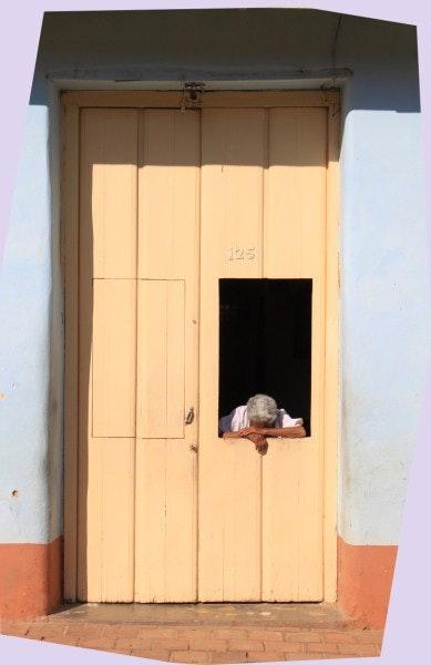 A Trinidad de Cuba, une femme s'endort sur le pas de sa porte. Arnaud Bressange Arnaud Bressange