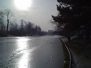 Le lac du bois de Boulogne pris dans la glace un soir..