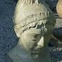 Mujer joven en la cara de mármol…. Caroline Boisier