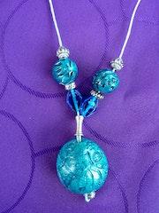 «Danseurs» grosse perle patinée turquoise, façonnée et gravée main. Tinableue