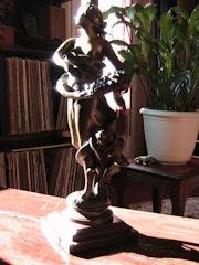 Bronze Skulptur auf Marmorsockel. Marie Wowert