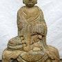 Bouddha assis sur une stèle. Dragonasie Sarl