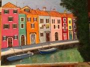 Burano avec son canal bordé de maisons colorées.