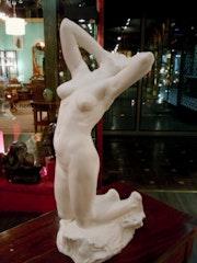 Nu feminin statue en biscuit. Marc Menzoyan Antiquités