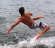Accrobatie au dessus d'un plan d'eau. Fab Ailla