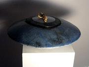 Coupe à fleurs en gré, émail raku bleu.