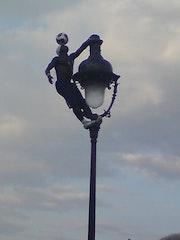 Acrobate jongleur sur le parvis de Montmartre.