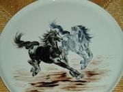 Chevaux dans la plaine - peinture xieyi sur porcelaine de Plume Magicienne.