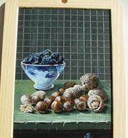Un bol bleu ancien rempli de pruneaux et des fruits secs. So Rémy