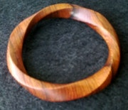 Anneau de Moebius Taille 8 en bois de rose. Finition; cirée. Tamas Cserkuti