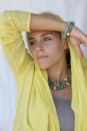 Bracelets de pierres Lapidorite verte et perles en os de zébu ou métal argenté.. Bijoux-Sango