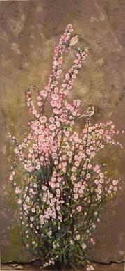 Prunus en fleurs contre un vieux mur délabré..