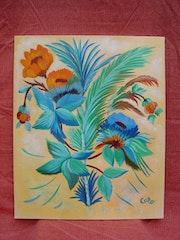 Feuillage bleuvert et fleur orangée.