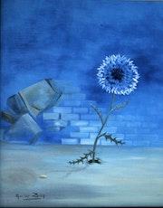 Chardon bleu fleurissant devant le mur du monde..