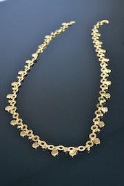 Sautoir anneaux et pampilles en métal doré.. Bijoux-Sango