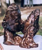 «Le baiser» terre cuite patinée.