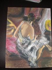 Femme de dos assise sur canapé.