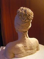 Jeune femme au turban de dos.