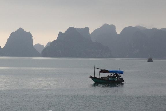 Bateau de pêcheur sur la baie d'Halong. Arnaud Bressange Arnaud Bressange