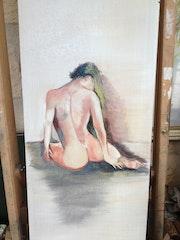 Femme assise de dos.