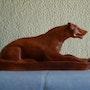 Création d'une statue en argile rouge représentant une hyène. Philippe Mayor