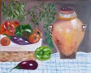Panier avec une variété de légumes et son pichet en terre cuite.