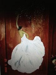 Danseuse habilélle en fleure blanche.